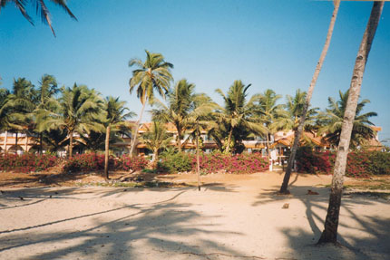 vor dem Longhuinos Beach Resort in Colva 2000